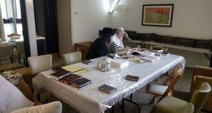 """הרב ברלנד שליט""""א עם שמשו נתן בזאנסון לפני התקדש חג הפסח"""
