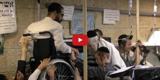 """הגה""""צ הרב אליעזר ברלנד שליט""""א מרים כיסא גלגלים לבדו"""