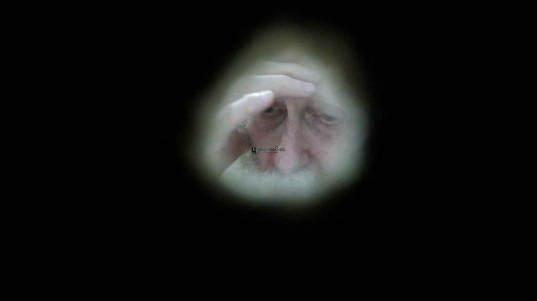 """תמונה נדירה של הגה""""צ הרב אליעזר ברלנד שליט""""א רגעים ספורים לפני כניסת ראש השנה תשע""""ח - אומן. התמונה צולמה מבעד חור בקיר ע""""י אהרון סולמונוביץ' ורואים בה את הצדיק אחוז בשרעפיו וממתיק דינים מעל עם ישראל"""
