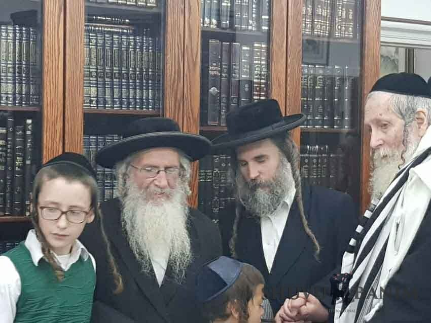 הרב ברלנד שליטא עם הסבא קדישא הרב יהשוע דב רובינשטיין שליטא והמשפחה