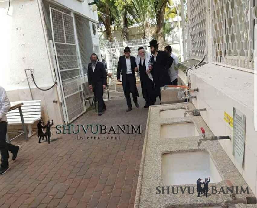 """הרב ברלנד שליט""""א והגבאים בכניסה למשכנו הקדוש של ר' דוד אבוחצירא שליט""""א"""