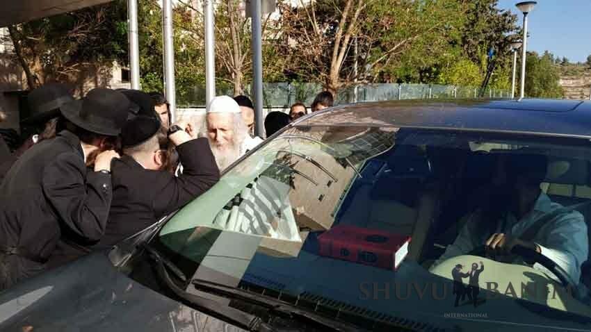 """הגה""""צ הרב אליעזר ברלנד שליט""""א בדרכו לביקור חולים בבית החולים הדסה עין כרם"""