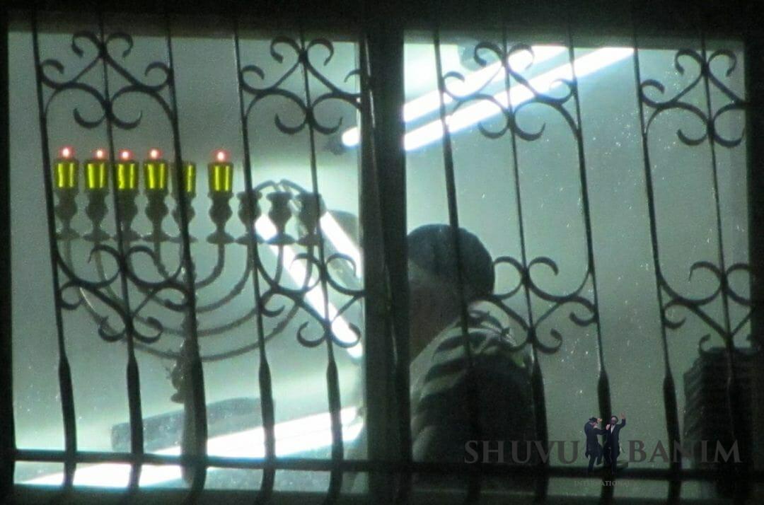 """כ""""ק הגה""""צ הרב אליעזר ברלנד שליט""""א בהדלקת נר חמישי של חנוכה בביתו שבחומה השלישית 2 - תשע""""ט"""