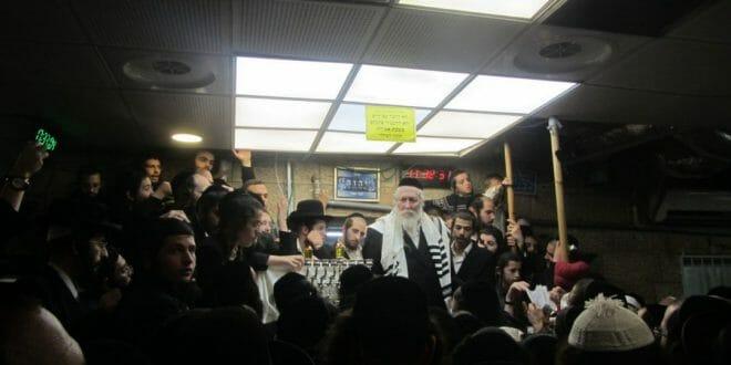 """הגה""""צ הרב אליעזר ברלנד שליט""""א בהדלקת נר ראשון של חנוכה באולם התפילות - תשע""""ט"""