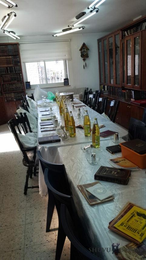 """שולחן הסדר פסח של משפחת מורינו כ""""ק הגה""""צ הרב אליעזר ברלנד שליט""""א"""
