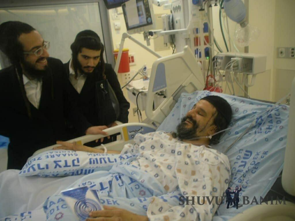 האברך גבריאל לביא מישיבת שובו בנים בבית החולים לאחר שנדקר