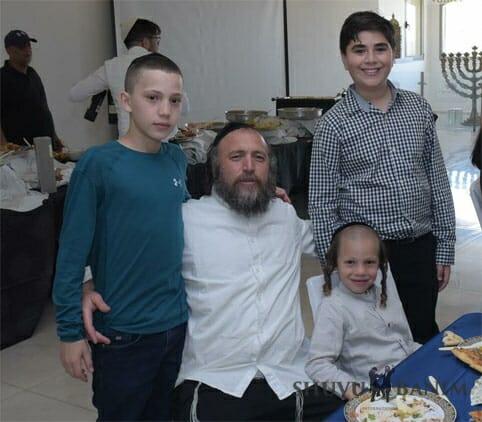 הבחור שלמה שמעון רגב בן עמליה עם אביו ומשפחתו